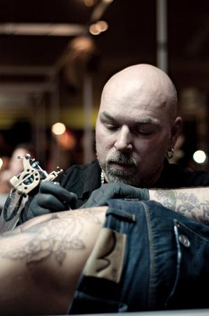 Wilco bezig met tatoeëren